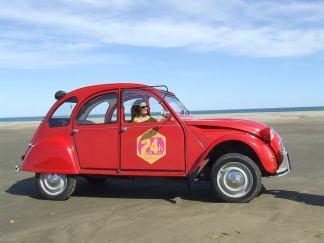 Les 2CV de Vin4 heures tour aiment les plages et le soleil du Languedoc-Roussillon, Méditerranée