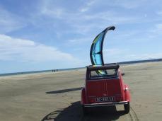Les 2CV de Vin4 heures tour aiment le kite. Photo Serge Briez pour Vin4 heures tour