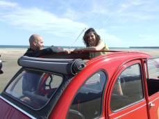 Les 2CV de Vin4 heures tour aiment le kite et les kite-surfeurs. Photo Serge Briez pour Vin4 heures tour