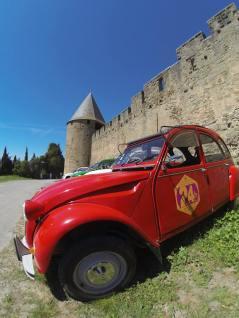 Les 2CV de Vin4 heures tour au pieds de la cité de Carcassonne