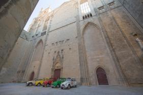 Les reines 2CV de Vin4 heures tour au pied de la majestueuse Cathédrale St Just à Narbonne Photo SergeBriez Cap Médiations